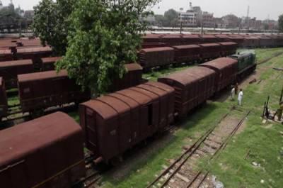 سکھر کے قریب مال بردار ٹرین کی بوگی پٹری سےاترگئی