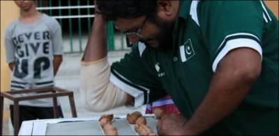 پاکستانی مارشل آرٹسٹ نے کہنی سے اخروٹ توڑ کر ورلڈ ریکارڈ بنالیا