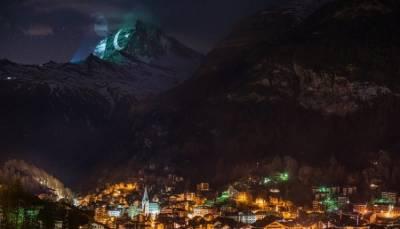 سوئٹزرلینڈ میں مشہور پہاڑ پر پاکستانی پرچم روشن