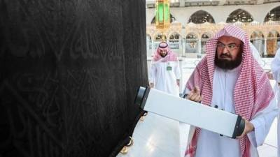 امام کعبہ نے بہ نفس نفیس اللہ کے گھر، مقام ابراہیم اور حجرِاسود کی نظافت کا عمل انجام دیا۔