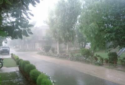 لاہور کے مختلف علاقوں میں تیز آندھی کے ساتھ بارش