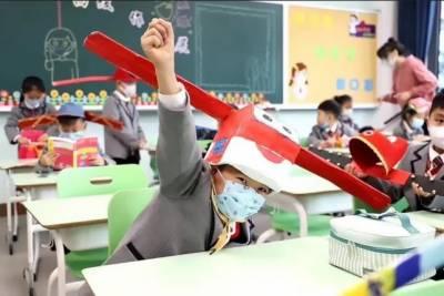چین کے سکولوں نے کرونا سے محفوظ رکھنے کے لئے انوکھی ٹوپیوں کا سہارا لے لیا۔