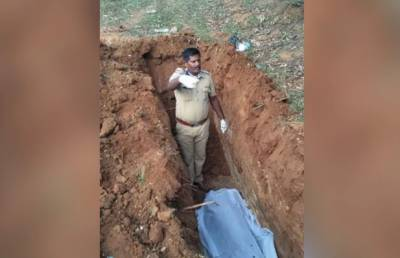 بھارت میں فیملی کے انکارپر آخری رسومات پولیس نے انجام دی