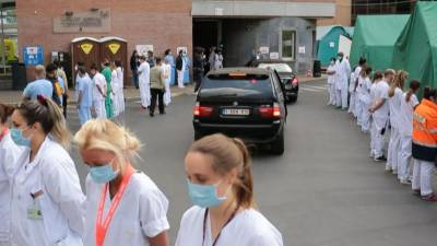 بیلجیئم :طبی عملے کا وزیراعظم کی آمد پر پیٹھ پھیر کر خاموش احتجاج
