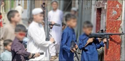 عید الفطر، لیاری کے بچوں نے فٹبال چھوڑ کر کھلونا پستول تھام لی