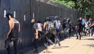 سیاہ فام امریکی شہری کی ہلاکت: میکسیکو میں مظاہرین کا امریکی سفارت خانے پر حملہ