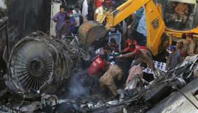 کراچی: حادثے کا شکار طیارے کا وزنی ترین ملبہ اور انجن اٹھالیا گیا۔