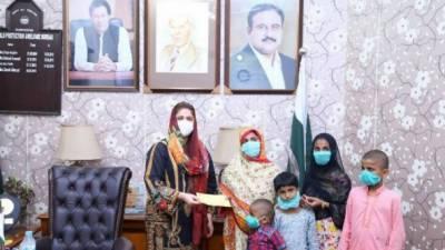 چئیر پرسن چائلڈ پروٹیکشن بیورو سارہ احمد نے وفات پانے والے بیورو ملازمین کے اہل خانہ میں 35 لاکھ روپے کے مالی معاونت کے چیکس تقسیم کئے