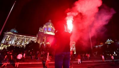 سربیا: کورونا وائرس کے باعث کرفیو کے نفاذ پر احتجاج، پارلیمنٹ پر چڑھائی