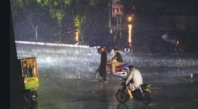 کراچی میں موسلا دھار بارش،نشیبی علاقوں میں پانی جمع ہو گیا