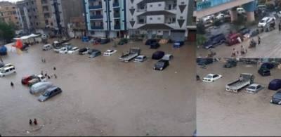 کراچی بارش : پانی سڑکوں پر موجود، بجلی بھی بحال نہ ہوسکی