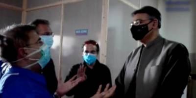 کراچی میں تنخواہوں کی عدم ادائیگی پر احتجاجی ڈاکٹرز کا اسد عمر کا گھیراؤ