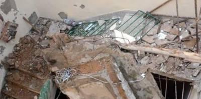 پنجاب کے شہر تاندلیانوالا کے گاؤں دھوپ سڑیاں میں طوفانی بارش سے مکان کی چھت گرگئی