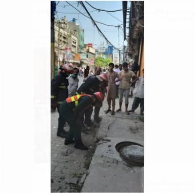سیالکوٹ : ریلوے روڈ پر لہائی بازار کے سیوریج نالے میں دھماکہ، گندگی پھیل گئی، شہریوں کو پریشانی