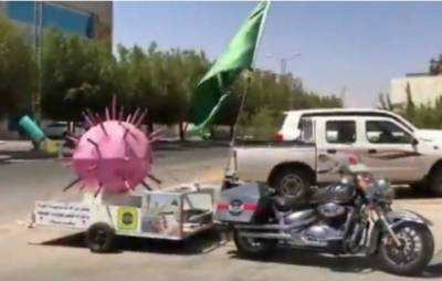 سعودی عرب میں کورونا وائرس کے ماڈل کے ساتھ موٹر سائیکل پر آگہی مہم