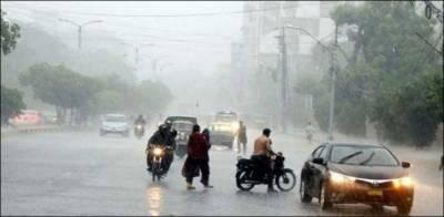 کراچی کے مختلف علاقوں میں تیز بارش کے بعد سڑکوں پر پانی جمع، ٹریفک کی روانی متاثر