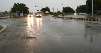 کراچی میں شدید گرمی اور حبس کے بعد بارش سے موسم خوشگوار