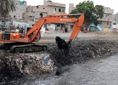 کراچی میں نالوں سے کچرا نکالنے کا کام جاری