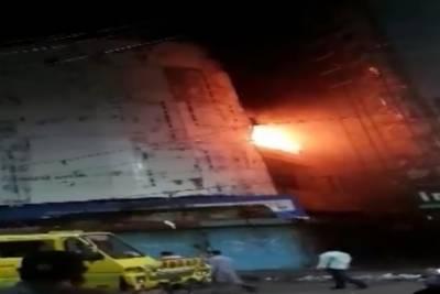 کراچی:بل بورڈ کوویلڈنگ سے کاٹتے ہوئے اچانک آگ لگ گئی