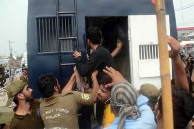 نیب آفس لاہور کے باہر ہنگامہ آرائی:گرفتار 58 لیگی کارکنوں کو 14روزہ جوڈیشل ریمانڈ پر جیل بھیج دیا گیا