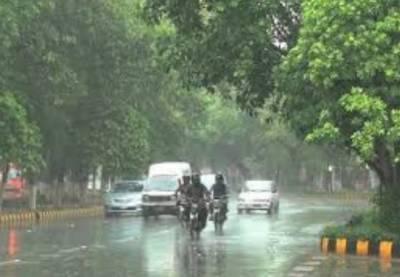 لاہور کے مختلف علاقوں میں موسلا دھار بارش سے موسم خوشگوار