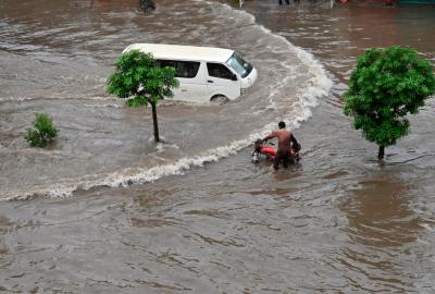 لاہور میں تیز بارش سے شہر تالاب کا منظر پیش کرنے لگا