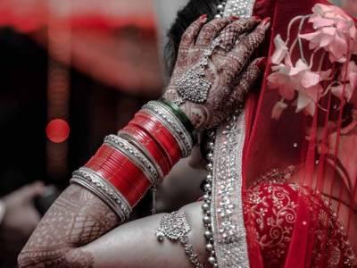 شوہر کی اٹوٹ محبت سے تنگ آکر بیوی نے طلاق مانگ لی۔