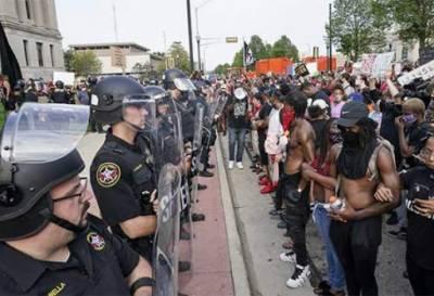 امریکہ میں سیاہ فام شہری پر پولیس فائرنگ کے خلاف پرتشدد احتجاج