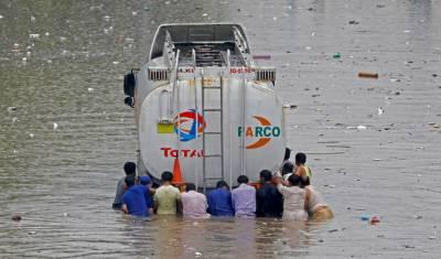 شہر قائد میں وقفے وقفے سے بارش جاری, پانی بھر جانے سے تاجروں کو لاکھو ں کا نقصان