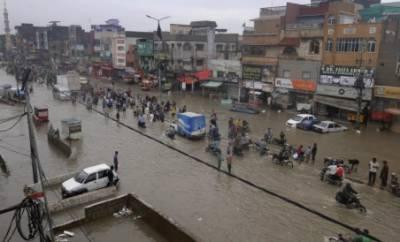کراچی میں بارش کی تباہیاں جاری، بجلی کے بعد فون اور انٹر نیٹ سروس بھی متاثر