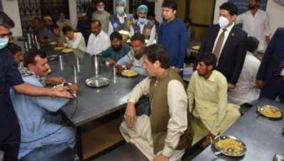 وزیر اعظم عمران خان کا ترلائی میں ماڈل پناہ گاہ کا دورہ, پناہ گاہ میں مقیم افراد کے ساتھ کھانا کھایا