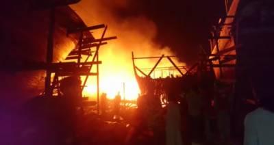 کراچی: بوٹ بلڈنگ یارڈ میں لگنے والی آگ پر قابو پا لیا گیا