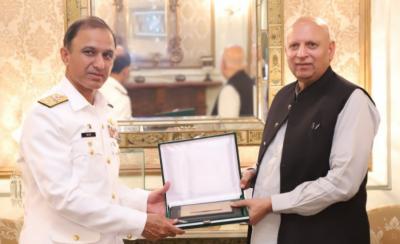 گورنر پنجاب چوہدری سرور کی چیف آف نیول سٹاف ایڈمرل امجد خان نیازی کی ملاقات۔