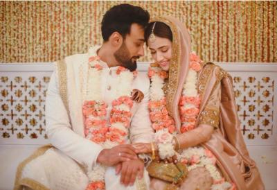 ثنا جاوید نے گلوکار عمیر جسوال سے شادی کر لی