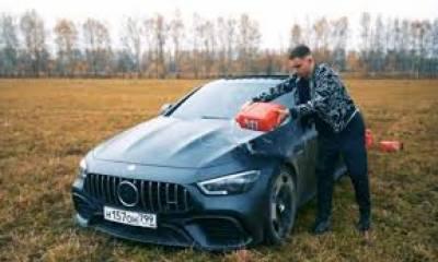 روس کے ایک معروف وی لاگر نے میں اپنی مہنگی ترین مرسڈیز کو آگ لگادی۔