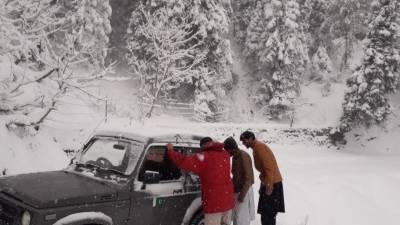 ایبٹ آباد اور گلیات میں برفباری، سیاحوں رات کا سفر نہ کرنے کی ہدایات جاری