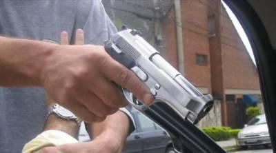 پولیس کے سب انسپکٹرپر راہزنوں کی فائرنگ ، پسٹل اور نقدی چھین لی