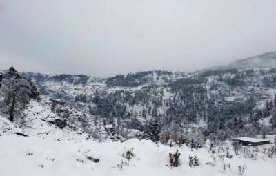 بالائی علاقوں میں ایک مرتبہ پھر برف باری کا سلسلہ شروع ہو گیا, بارش سے موسم شدید سرد