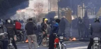 مچھ واقعے کیخلاف دھرنا ، شارع فیصل پر مشتعل افراد کا پتھراؤ، 5 موٹر سائیکلوں کو آگ لگادی