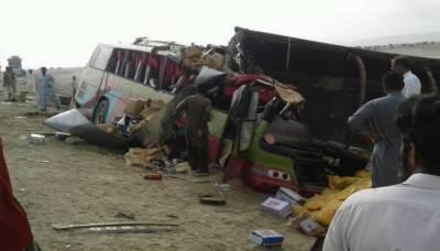 بلوچستان: اوتھل میں تیز رفتار کوچ الٹنے سے 14 افراد جاں بحق، 9 زخمی