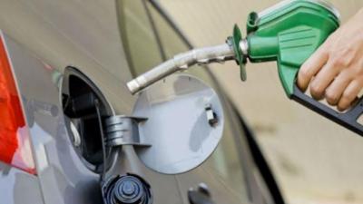 اوگرا کی ایک بار پھر پیٹرولیم مصنوعات کی قیمتوں میں اضافے کی تجویز، 16 روپے فی لیٹر تک مہنگا کرنے کی تجویز دی