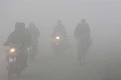 پنجاب: مختلف شہروں میں دھند کا راج، حد نگاہ کم ہونے سے موٹروے کئی مقامات سے بند