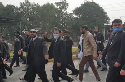 اسلام آباد ہائیکورٹ حملہ کیس : عدالت نےتحریری حکمنامہ جاری کرتےہوۓحملے میں ملوث وکلاء کو نوٹسز جاری کر دئیے