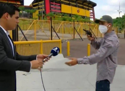 براہِ راست نشریات کے دوران صحافی کو ایک ڈکیت نے کیمرے کے سامنے لوٹ لیا