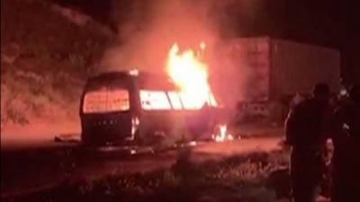 ویگن میں آگ لگنے سے ایک ہی خاندان کے 3 بچوں سمیت 10 جاں بحق