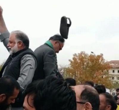 لیگی رہنماؤں کی پریس کانفرنس کے دوران لیگی رہنما احسن اقبال کو جوتا پڑ گیا