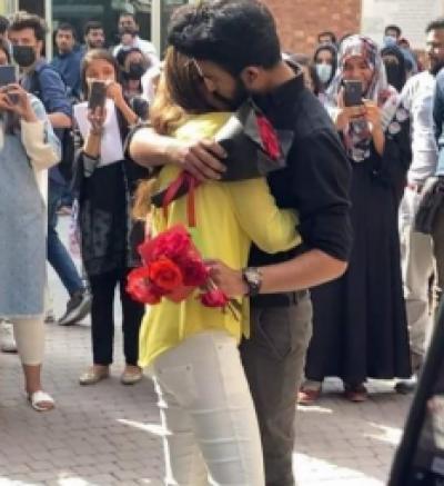 لاہور: لڑکی اور لڑکے کو کھلے عام ایک دوسرے کو شادی کےلیے پروپوز کرنا مہنگا پڑ گیا , یونیورسٹی انتظامیہ نےدونوں کو یونیورسٹی سے نکال دیا