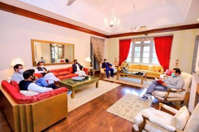 قرنطینہ میں میڈیا ٹیم سے ملاقات، وزیراعظم سوشل میڈیا پر تنقید کی زد میں