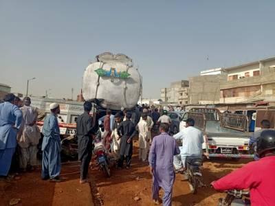 سویا بین کے تیل سے بھرے ٹینکر کو حادثہ، ہزاروں لٹر کھانے کا تیل بہہ گیا
