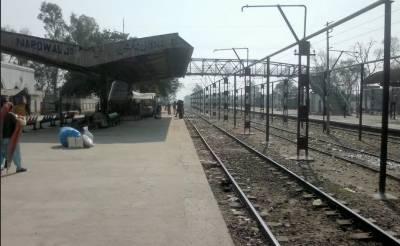 نارووال :مذہبی جماعت کے کارکنوں کے احتجاج کے باعث ریلوے پھاٹک بند